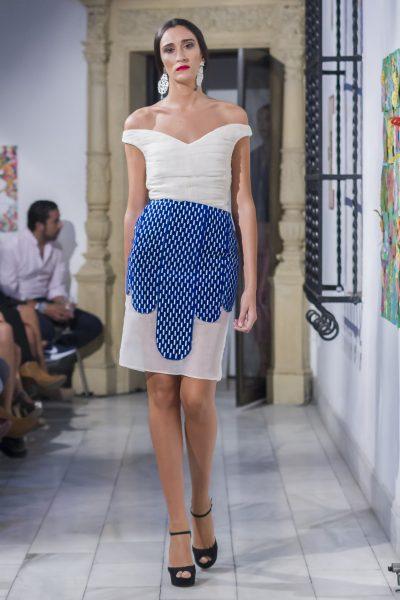 Falda de la colección Chic ultime.Falda con base de organza beige. Tiras de terciopelo 100% algodón, bordadas en hilo metalizado plata, la recorren de forma vertical dejando el bajo semitransparente.
