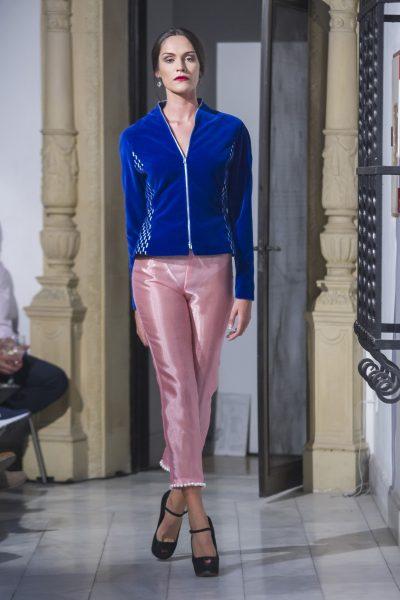 Pantalón de la colección Chic ultime.Pantalón de organza rosa doble. Con decoración de perlas en el bajo.