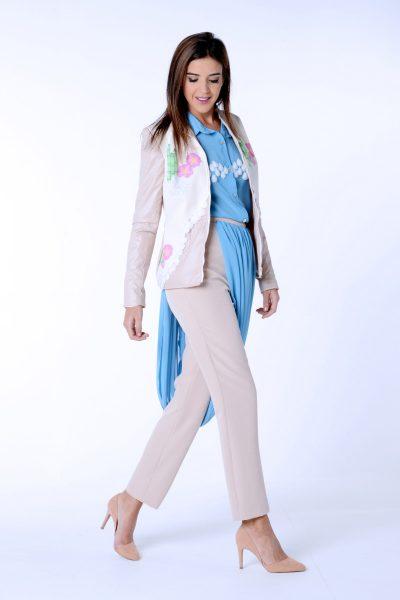 Pantalón bicolor con decoración asimétrica de la colección Dama blanca.Confeccionado en crep elástico y gasa.Diseñado y confeccionado de forma artesanal en España.