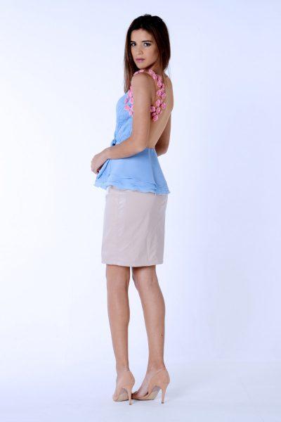 Falda de tubo rosa de la colección Dama blanca.Confeccionada en polipiel.Decorado con escamas 3D cosidas a mano.Diseñado y confeccionado de forma artesanal en España.