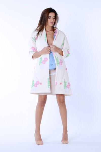 Abrigo de manga japonesa enguatado de la colección Dama blanca.Confeccionado en neopreno estampado.Decorado con flores 3D cosidas a mano.Diseñado y confeccionado de forma artesanal en España.