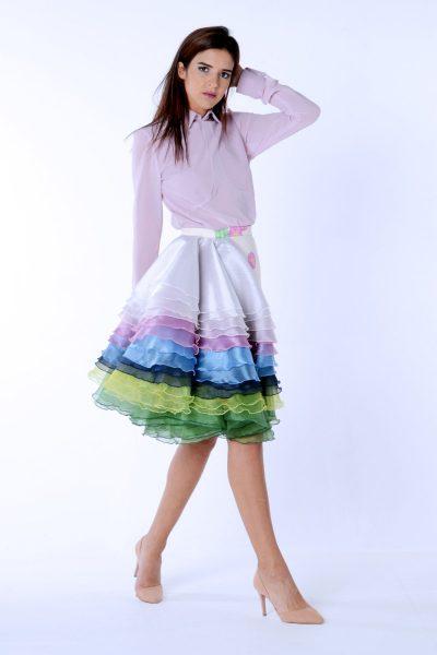 Falda asimétrica con cascada de volantes de la colección Dama blanca.Confeccionada en neopreno estampado y organza.Diseñado y confeccionado de forma artesanal en España.