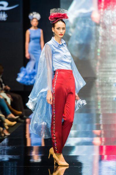 Pantalón de la colección A través del espejo.Confeccionado en satén burdeos y decorado a lo largo de las costuras laterales con cristales de Swarovski.
