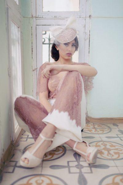 Pantalón palazzo realizado en crepe beis satinado con stretch. Decorado en la parte inferior con una tira de encaje en rosa empolvado. Cierre de cremallera invisible